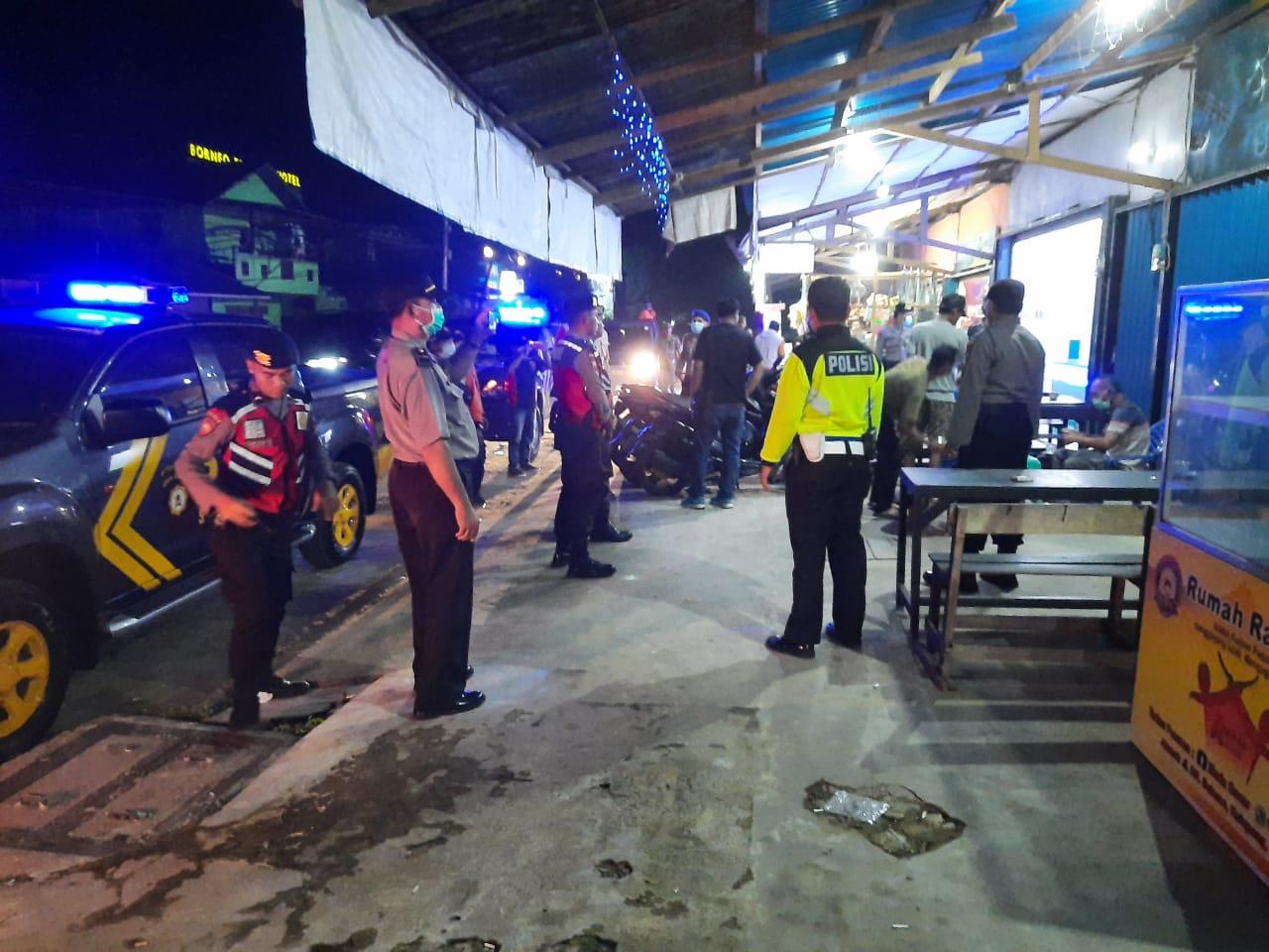 Petugas Gabungan Bubarkan Warga yang Nongkrong di Warkop  Ketapang