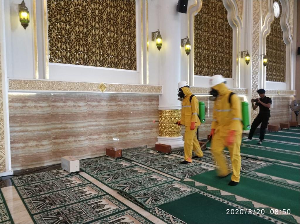 Satlantas Polres Ketapang Semprot Disinfektan Sejumlah Masjid dan Sejumlah Fasilitas Umum
