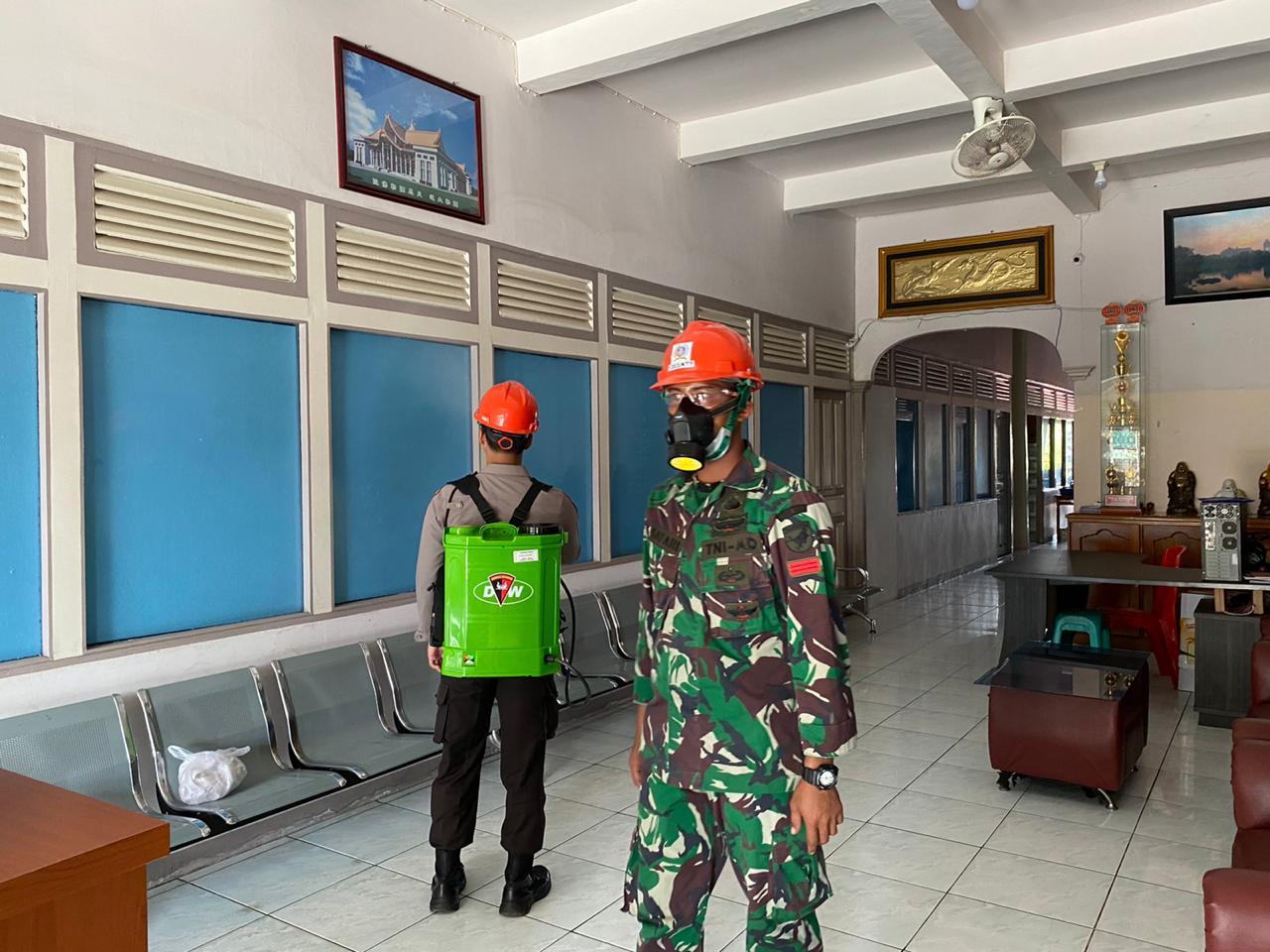 Sinergitas TNI-Polri, Bersih-bersih Islamic Center Demi Cegah Corona