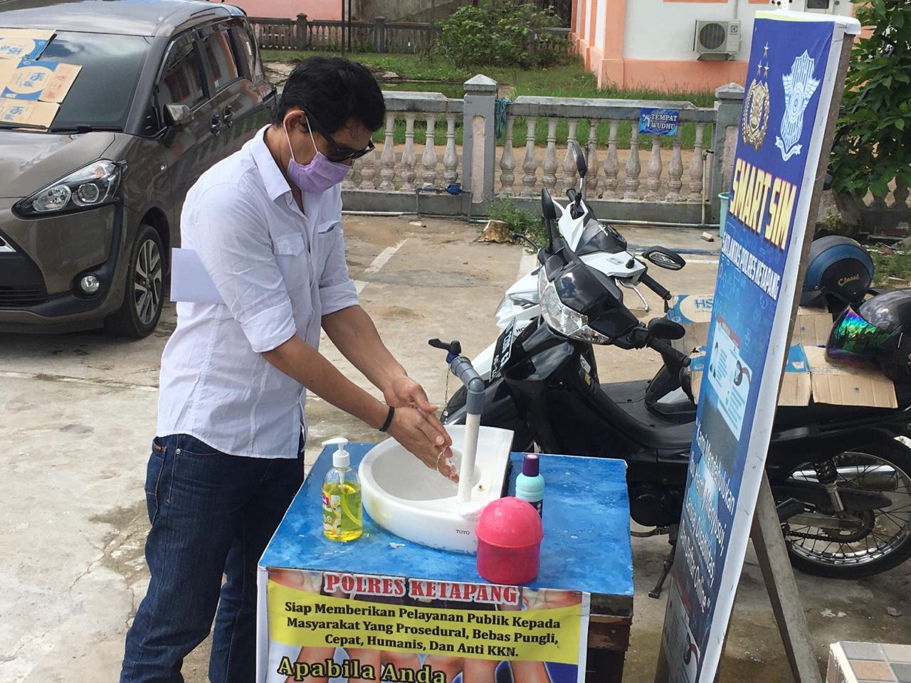 Cuci Tangan Sebelum Bertugas, Satlantas Polres Ketapang Giat Rutin Melaksanakan Pencegahan