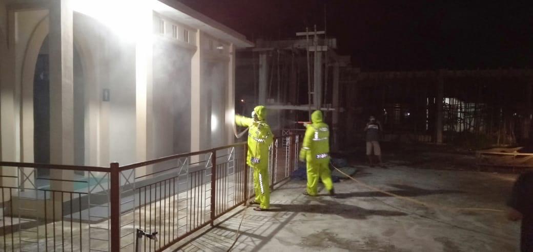 Lawan Corona! Anggota Satlantas Ketapang Semprot Masjid-Rumah Pakai Disinfektan