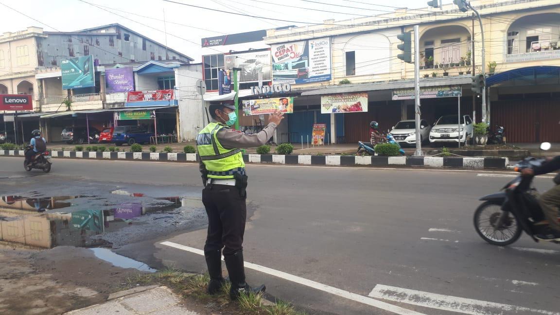 Berikan Kenyamanan Di Jalan Raya, Anggota Sat Lantas Polres Ketapang Laksanakan Gatur Lalin Pagi
