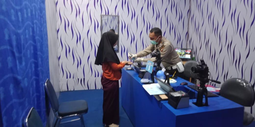Satlantas Polres Ketapang Gunakan Masker dan Sarung Tangan Serta Siapkan Hand Sanitizer bagi Pengunj