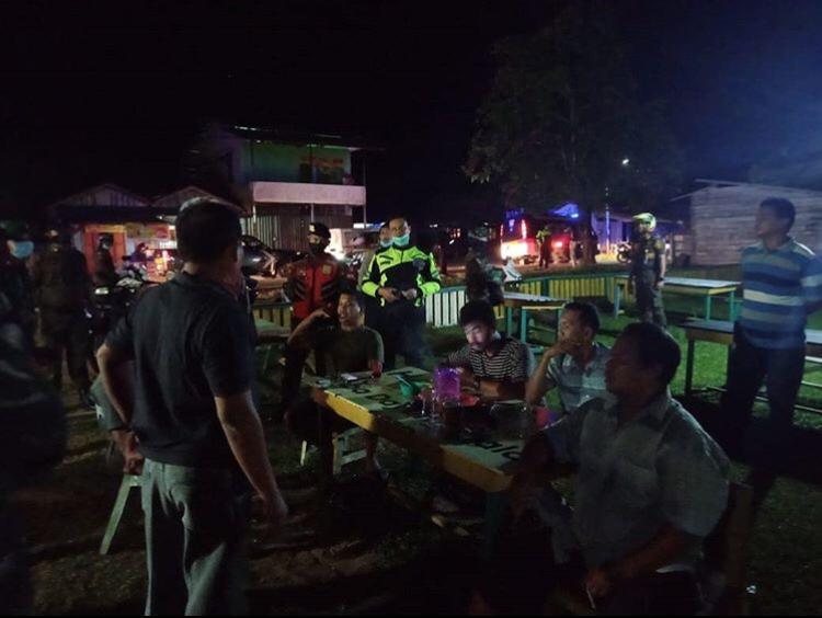 Tim Gabungan TNI Polri dan Satpol PP Tertibkan Warga Nongkrong di Warung Kopi
