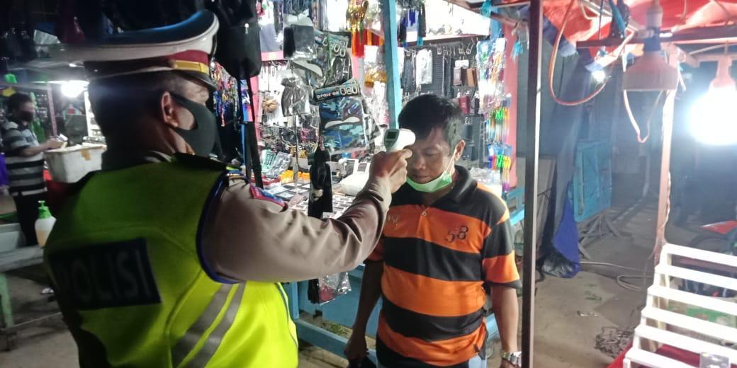 Cegah Corona, Tim Gabungan Lakukan Pemeriksaan Suhu Tubuh PKL Dipasar Malam