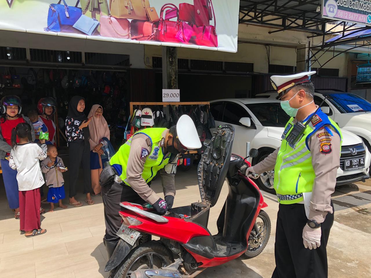 Kasat Lantas Polres Ketapang Membantu Pengendara Sepeda Motor