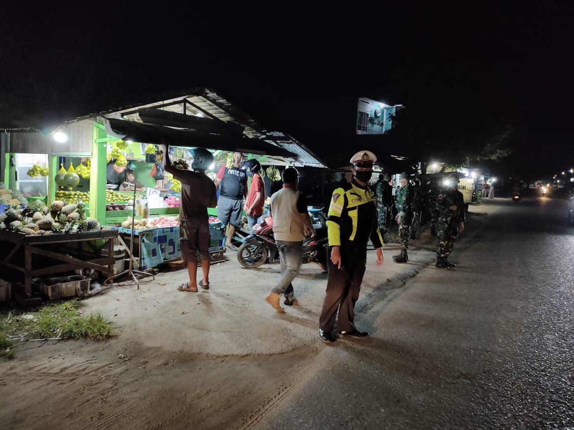 TNI-Polri Gencar Patroli Malam Imbau Warga Jaga Jarak
