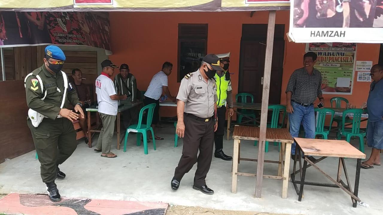 Cegah Penyebaran Corona, Polisi Lakukan Patroli Untuk Membubarkan Kerumunan Warga