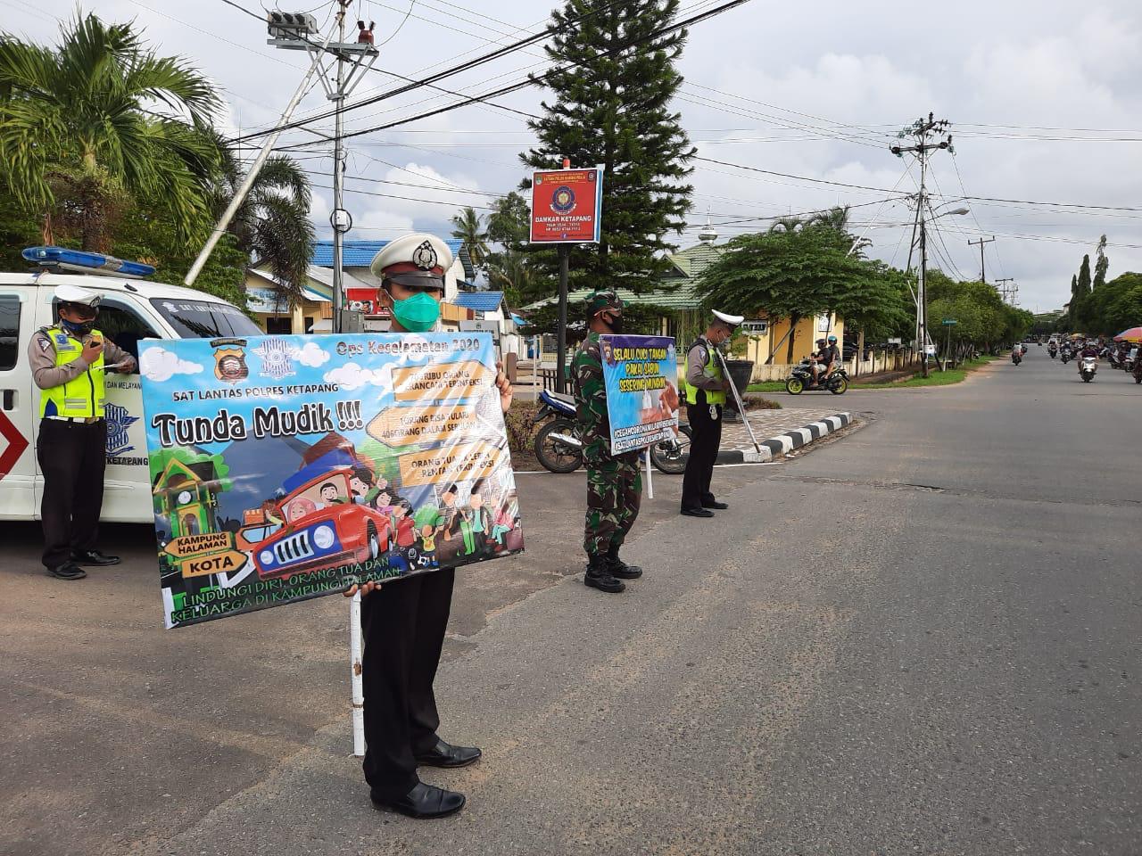 Satlantas Polres Ketapang Tampilkan spanduk dan sebar brosur imbauan untuk tunda mudik
