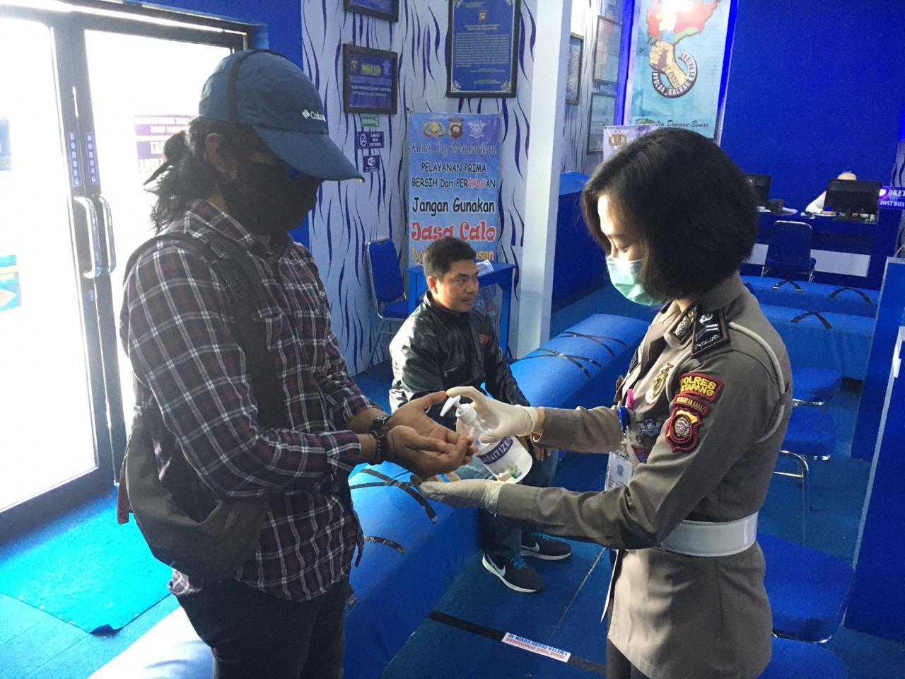 Cegah Virus Corona, Satlantas Bagi-Bagi Masker dan Hand Sanitizer Kepada Pemohon SIM dan Wajib Pajak