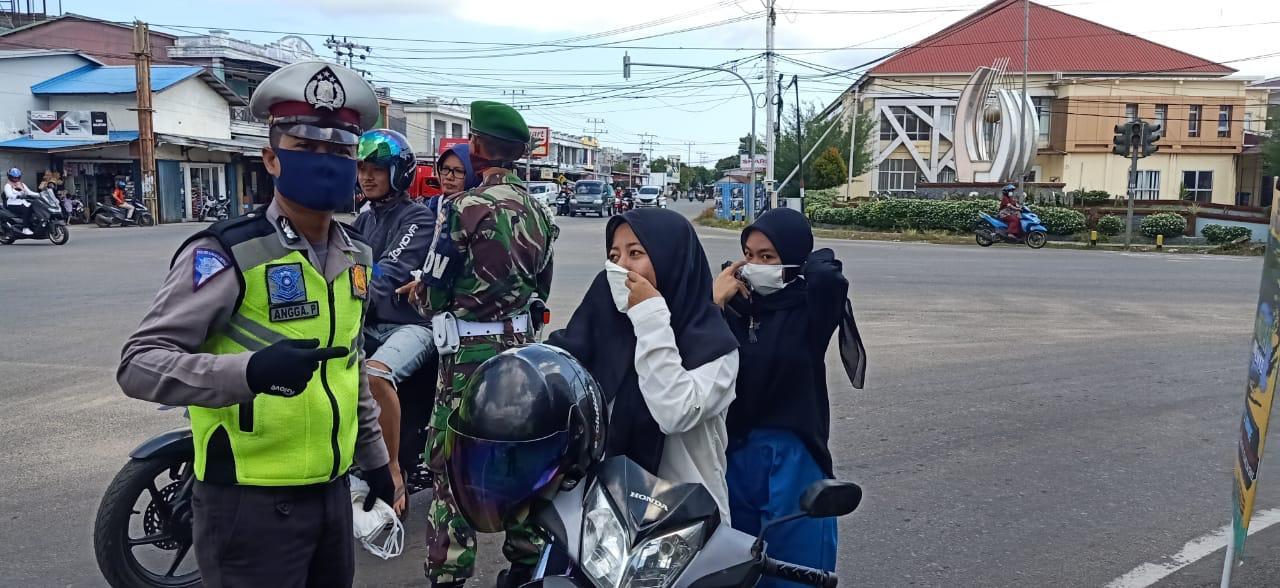 Ops Keselamatan Kapuas 2020, Satlantas Ketapang Bagikan Masker kepada Pengguna Jalan