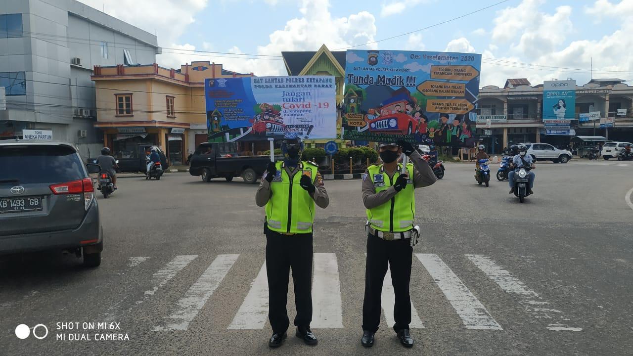 Satlantas Polres Ketapang Gunakan Papan Himbauan Banner Sosialisasi, Cegah Wabah Virus Corona