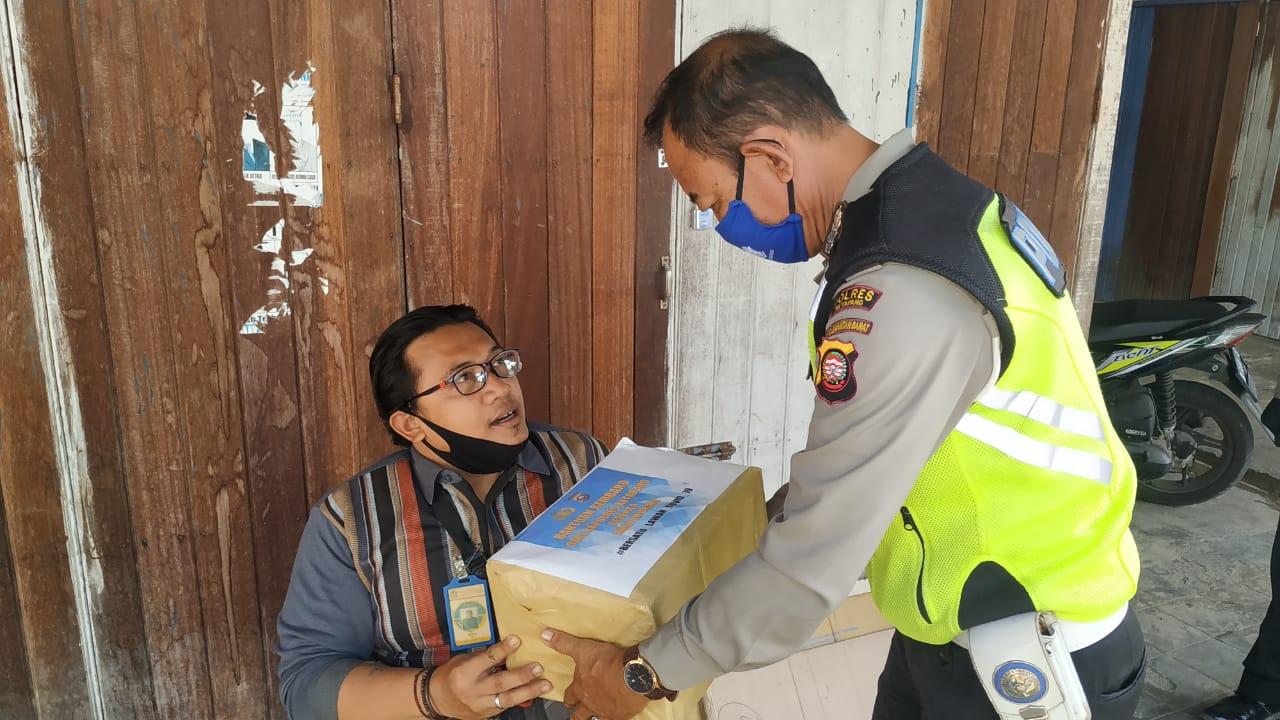 Hari Ke-11 Ops Keselamatan, Sat Lantas Polres Ketapang Bagi-bagi Sembako ke Tukang parkir Disabilita