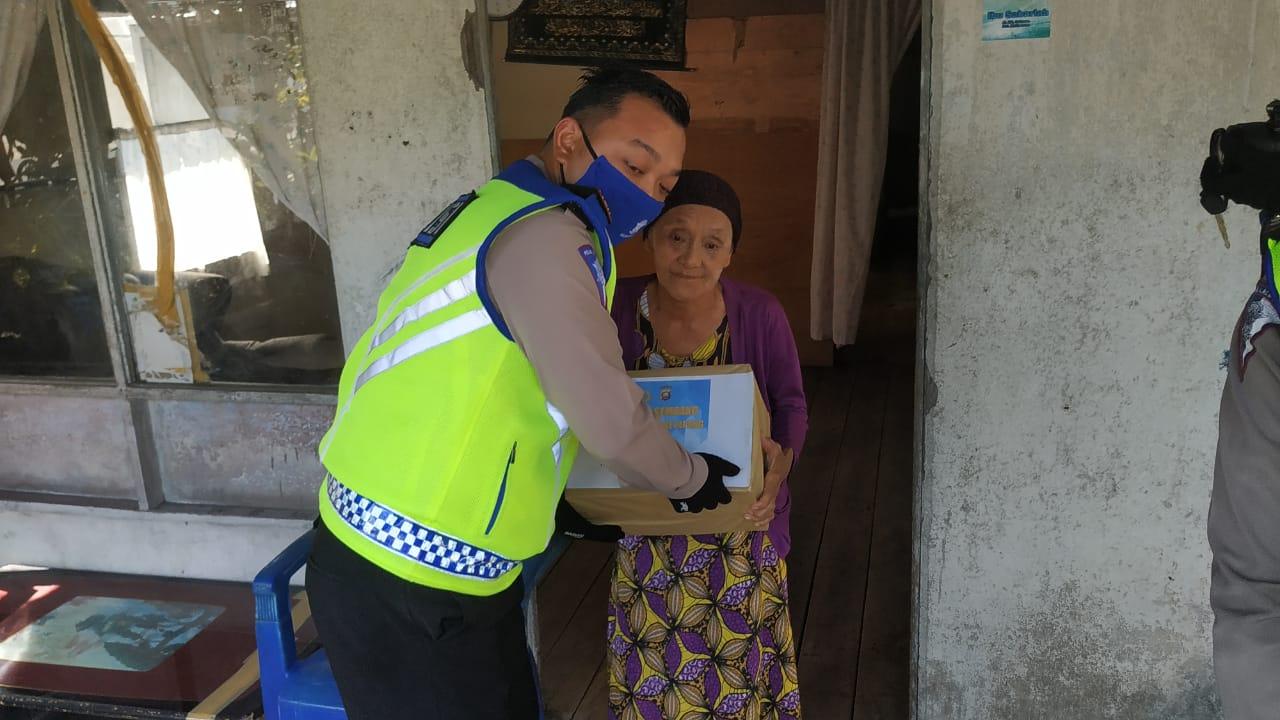Polisi Peduli, Sat Lantas Polres Ketapang Bagi Sembako Dalam Rangka Ops Keselamatan Kapuas 2020