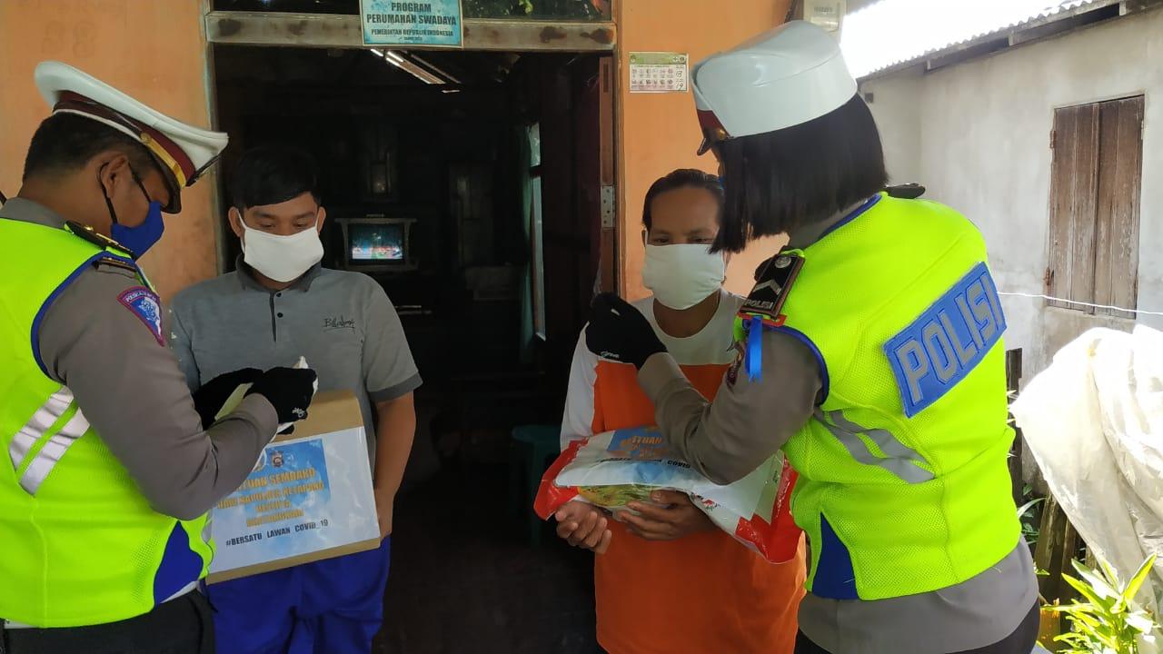 Sasar Warga Kurang Mampu, Kasat Lantas Polres Ketapang Bagi Masker Dan Sembako