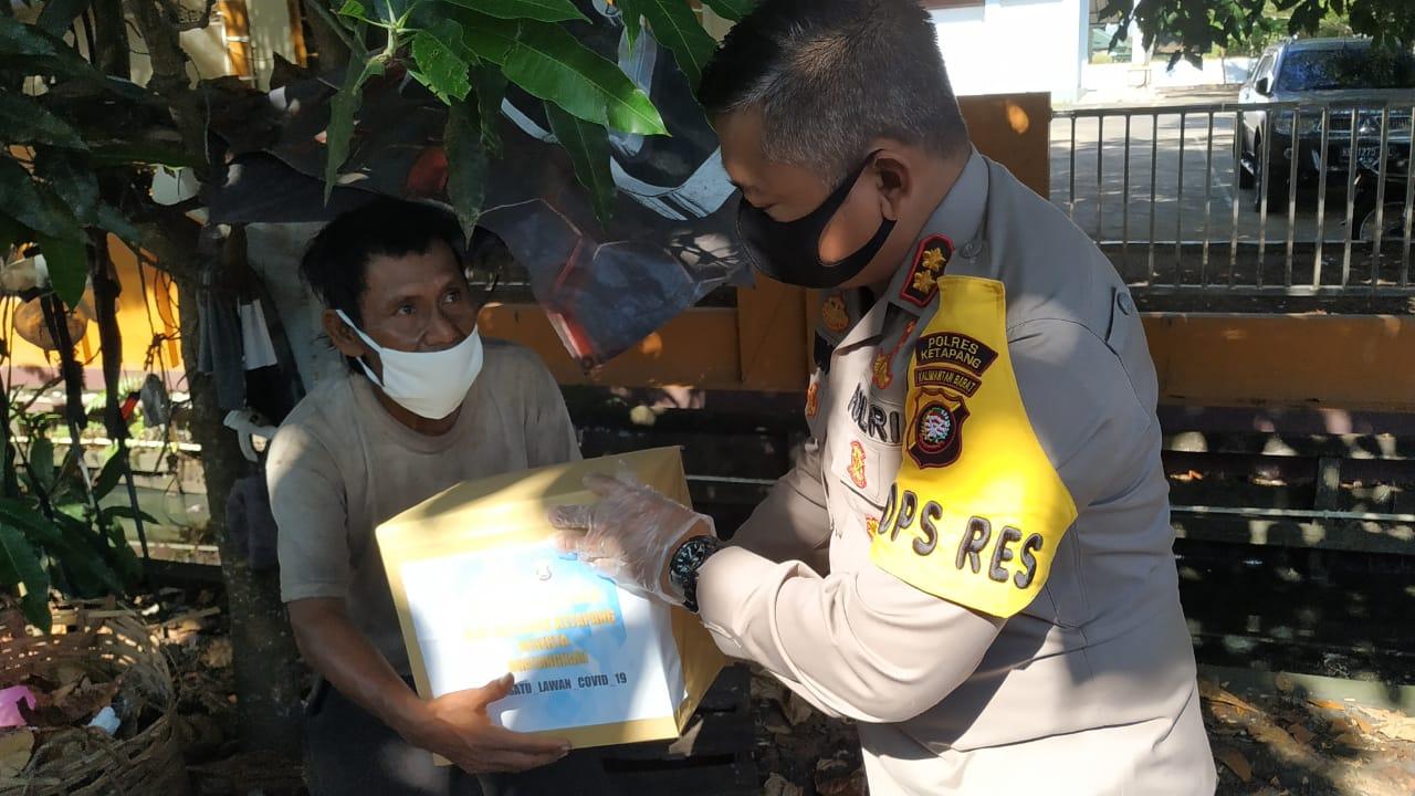 Hadapi Situasi Pandemi Covid-19, Satlantas Polres Ketapang Lakukan Aksi Kemanusiaan Bagi-Bagi Sembak