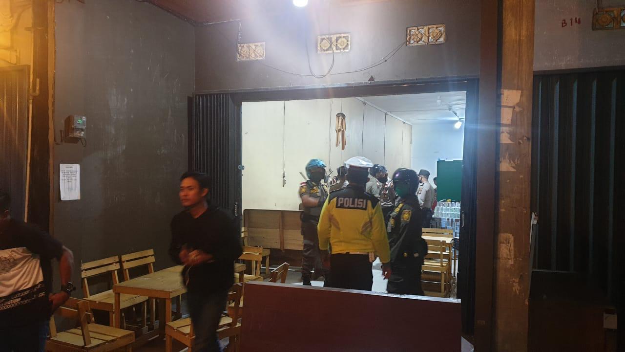 Personil Satlantas Polres Ketapang Sampaikan Himbauan Serta Bubarkan Warga Yang Masih Berkumpul Saat