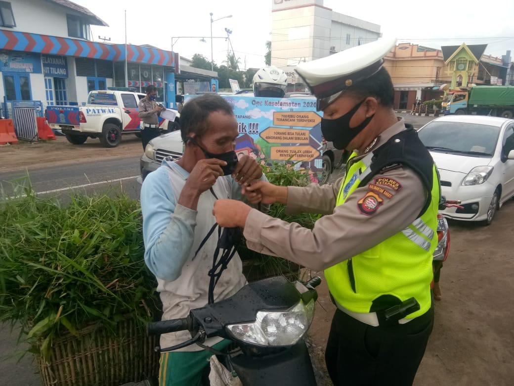 WASPADA CORONA !!! Satlantas Polres Ketapang Bagikan Masker ke Pengguna Jalan