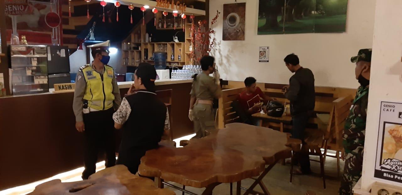 Anggota Satlantas Polres Ketapang melaksanakan pos minggu malam