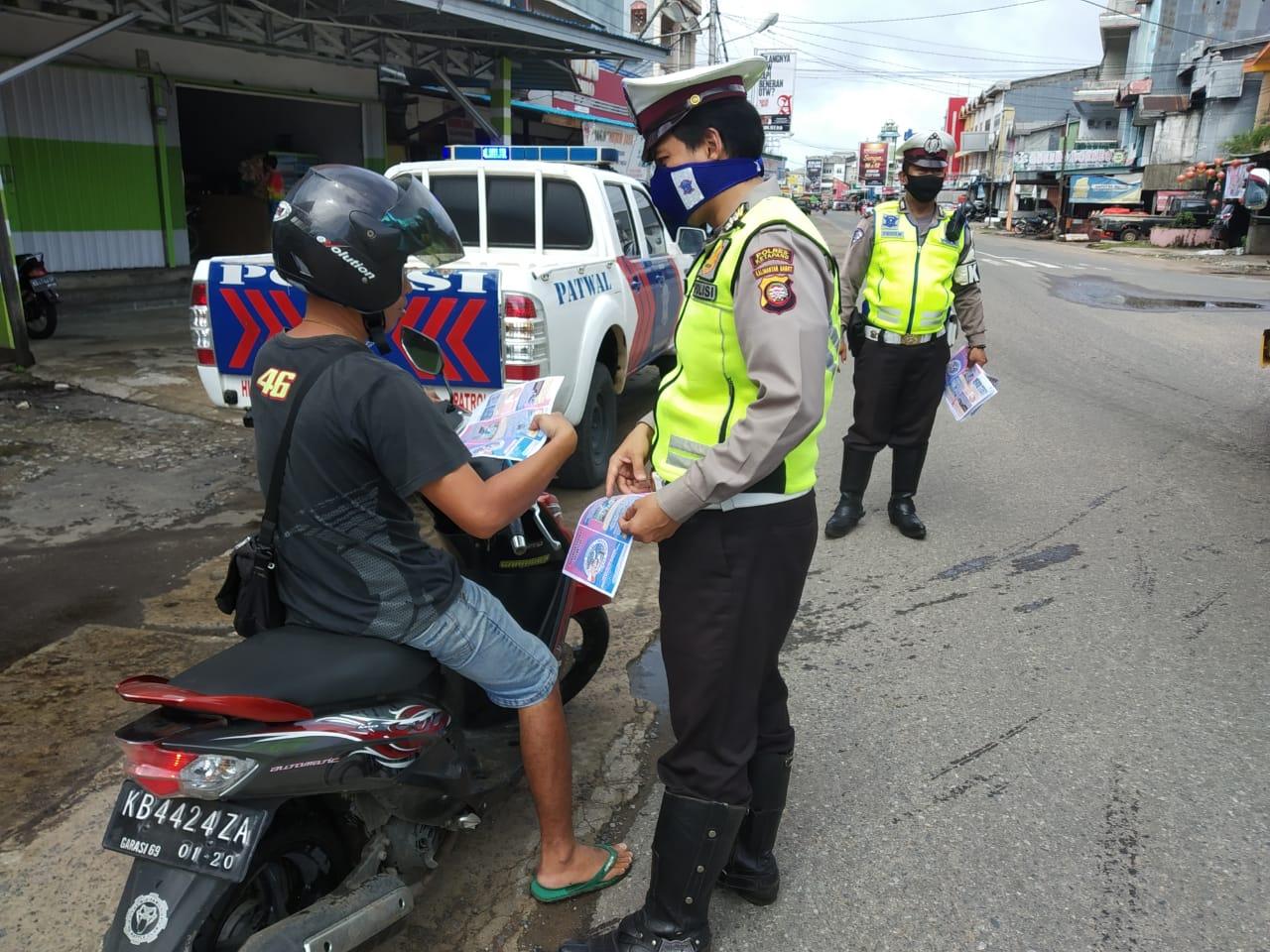 Wujud Peduli Masyarakat, Satlantas Polres Ketapang Patroli dan Bagikan Masker