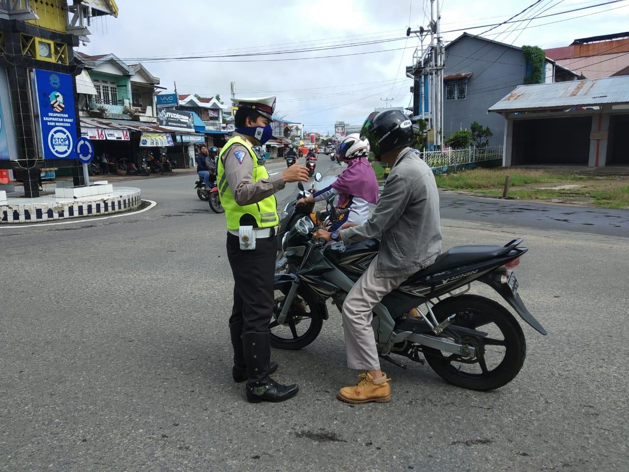 Satlantas Gelar Operasi Ketupat di Jalan Raya Kabupaten Ketapang, Ingatkan Warga Pakai Masker
