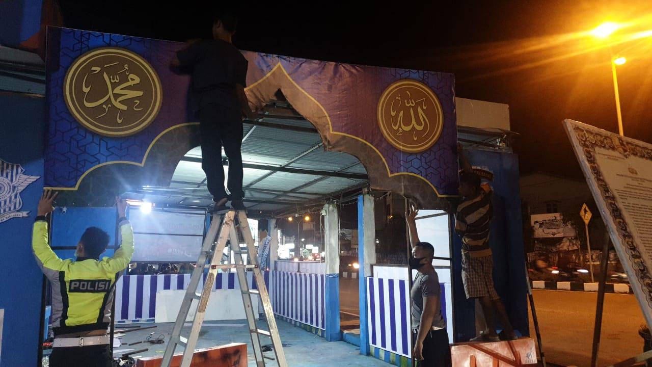 Dalam rangka pengamanan Bulan Suci Ramadhan 2020, personel Satlantas Ketapang  gotong royong membang
