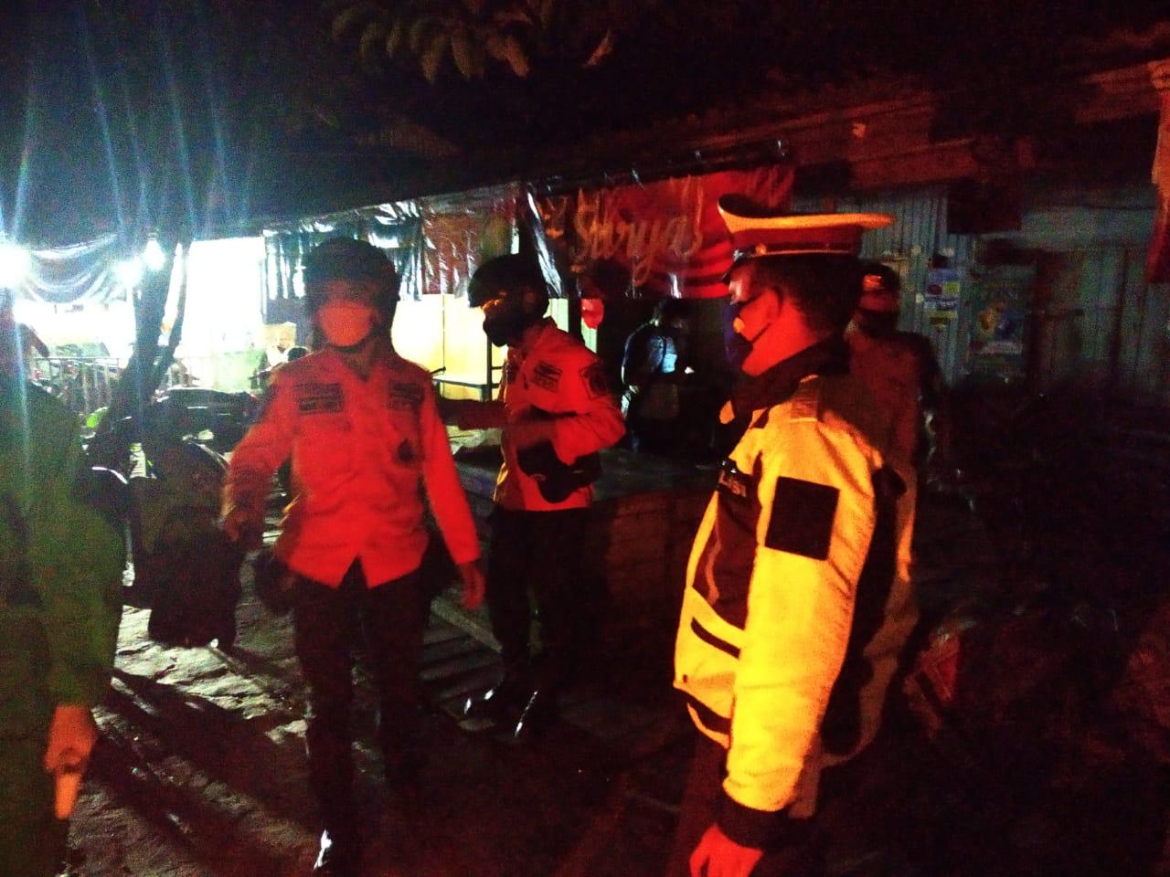 Masih Ada Yang Nongkrong di Kafe, Polisi Segera Bubarkan Kerumunan
