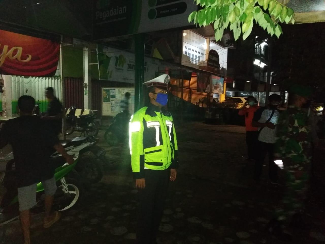Polisi Ketapang bubarkan kumpulan warga nongkrong malam hari