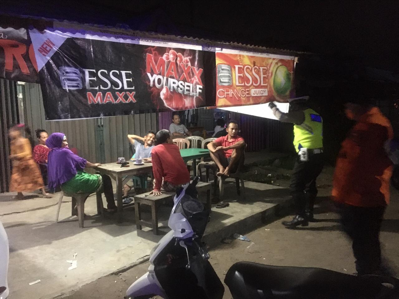 Cegah Corona, Satlantas Polres Ketapang Tertibkan Warga yang Nongkrong di Malam Hari