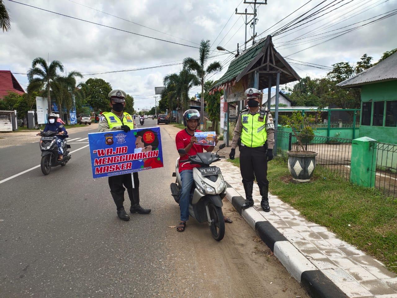 Sebar Brosur, Satlantas Polres Ketapang Mengingatkan Masyarakat Tunda Mudik