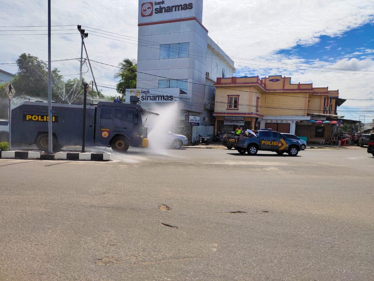 Water Canon Polres Ketapang Semprotkan Disinfektan Sisir Kota