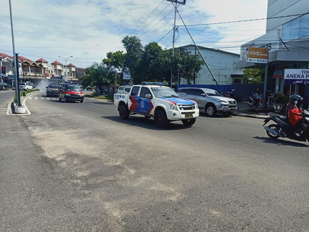 Keliling Kabupaten Ketapang, Satlantas Polres Ketapang Kawal Penyemprotan Disinfektan