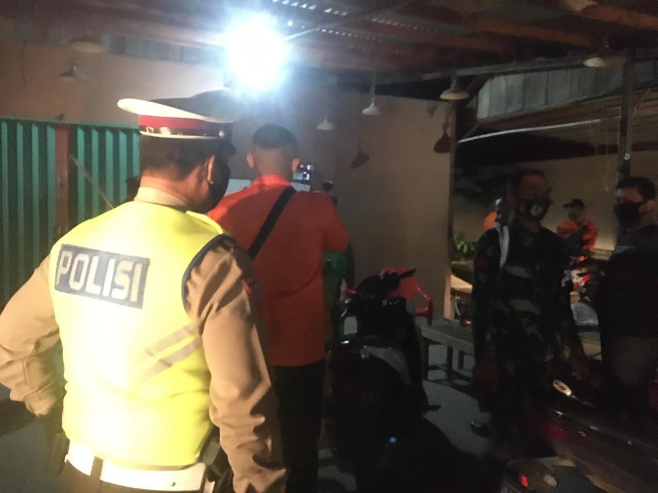 Jaga Social Distancing, Polisi Bubarkan Kerumunan Masa di Sejumlah Cafe