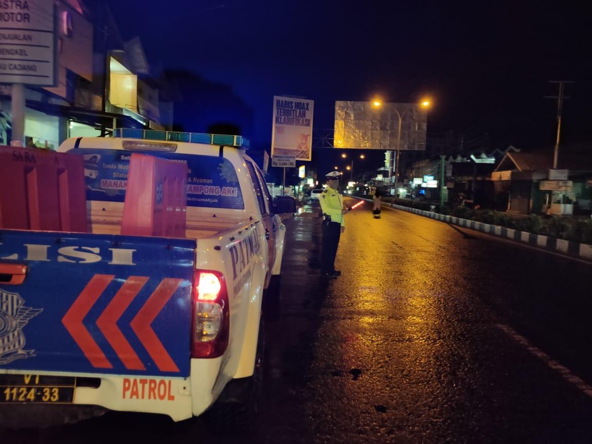 Cuaca Hujan,Tak Mengurangi Semangat Polisi Untuk Patroli Malam
