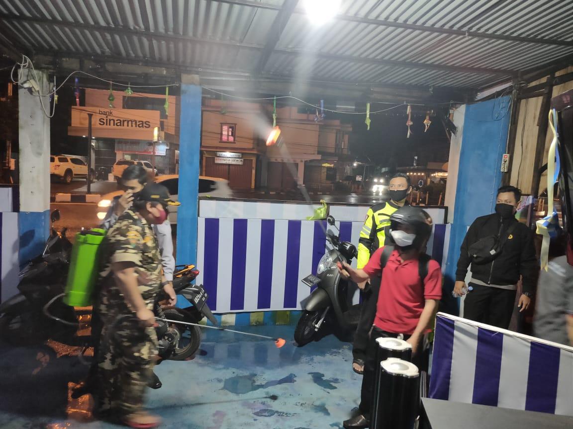 Satlantas Polres Ketapang Bersama Relawan Ketapang Lakukan Penyemprotan Disinfektan di Pospam Ops Ke