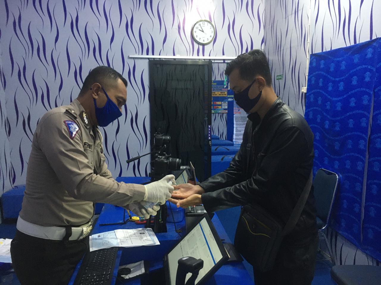Cegah Covid-19, Satlantas Polres Ketapang Beri Hand Sanitizer Kepada Pemohon SIM