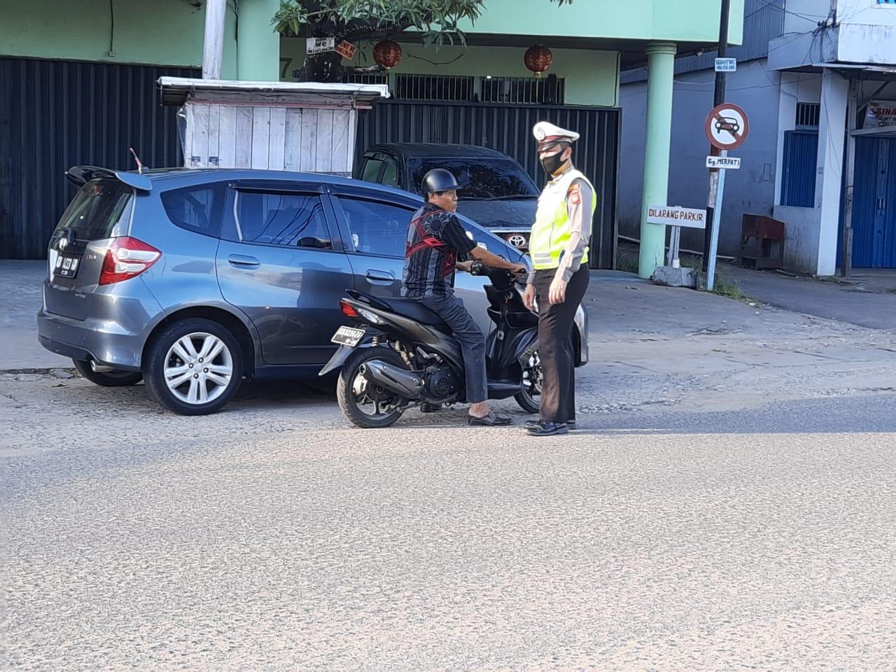 Polantas Ketapang Tegur Pengendara Motor Tak Gunakan Helm SNI