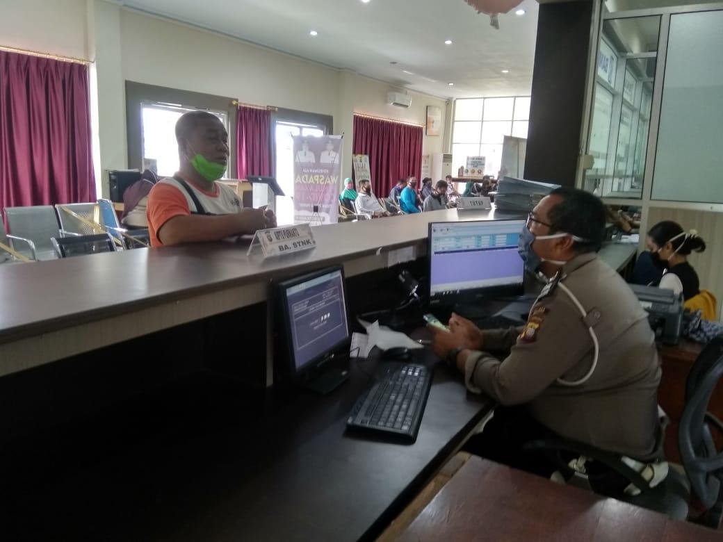 Pelayanan Prima kepada Masyarakat di Kantor samsat unit Pelayanan penyerahan STNK