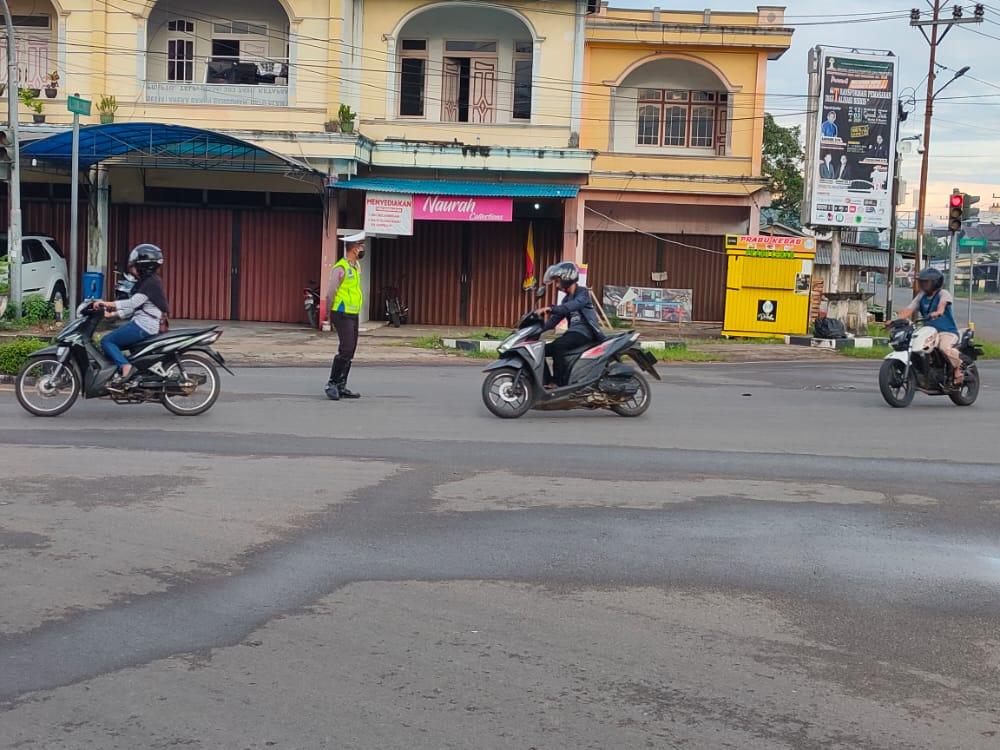 Di tengah pandemi COVID-19, personel Satlantas Polres Ketapang lakukan pengaturan