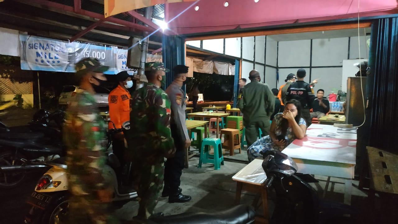 Petugas Tim Gabungan Himbau Masyarakat Yang Berkumpul