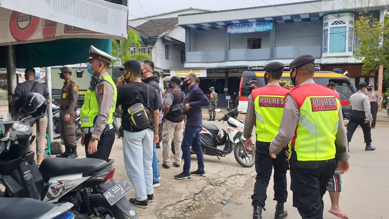 Polisi patroli imbau warga Ketapang Ikuti Protoko Normal Life