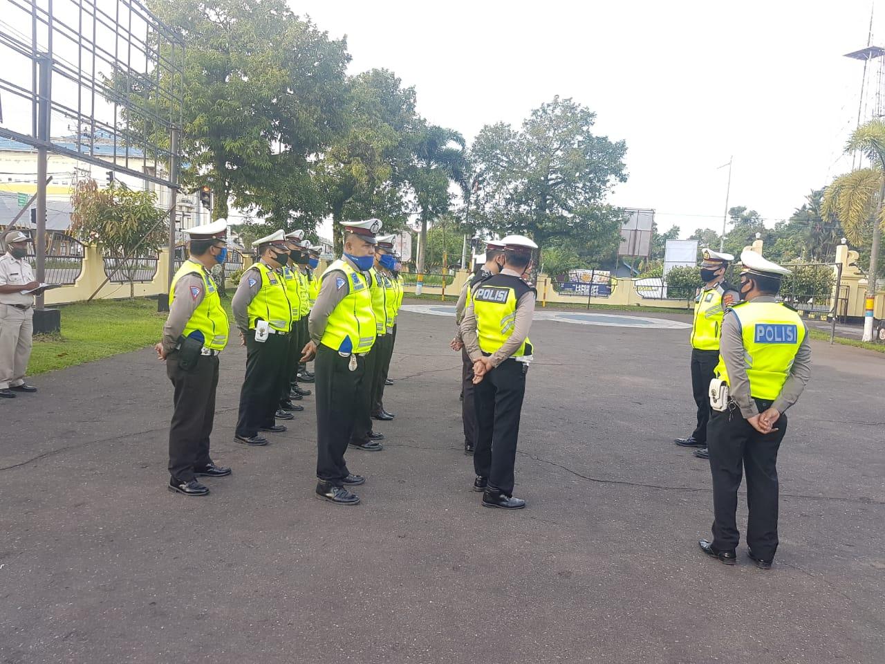 Apel Pagi Satlantas Polres Ketapang, IPDA Risandy Sampaikan Prosedur Sebelum Berangkat Patroli