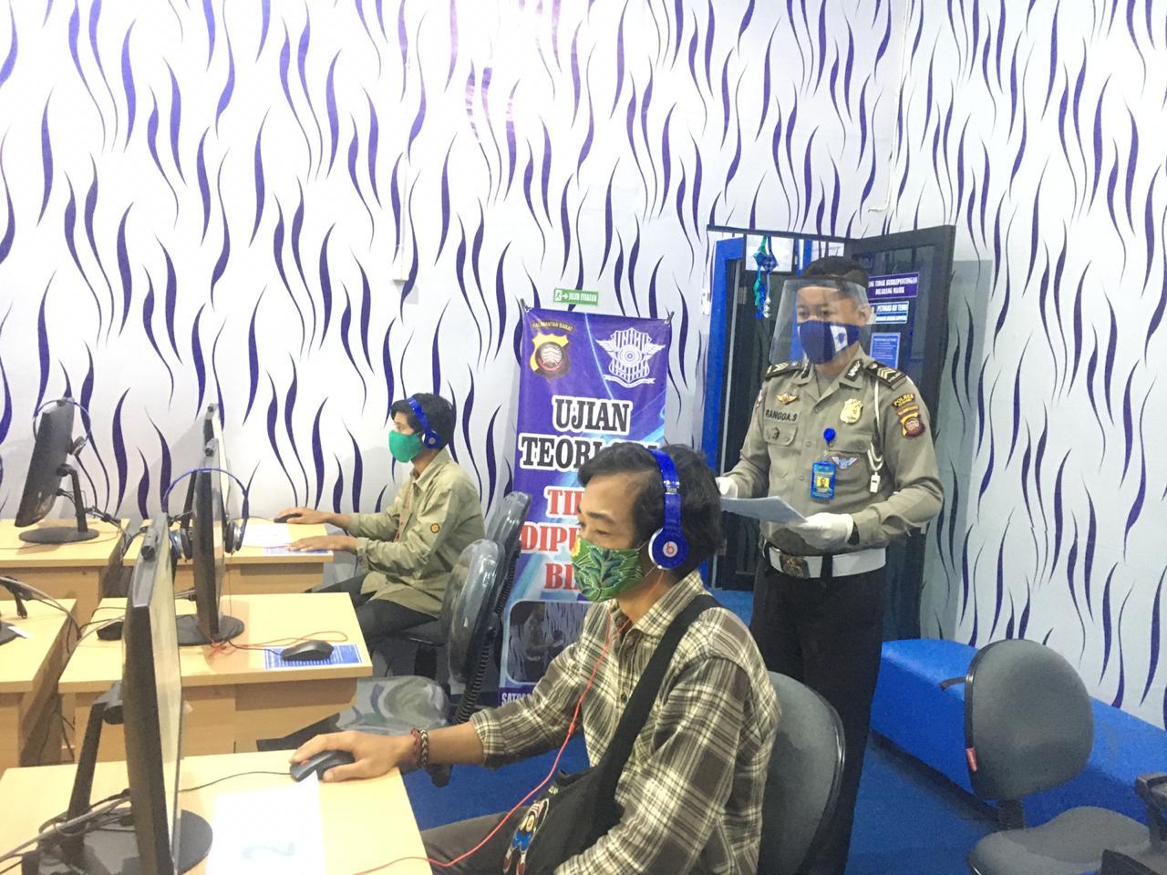 Pemohon SIM Polres Ketapang, Wajib Pakai Masker
