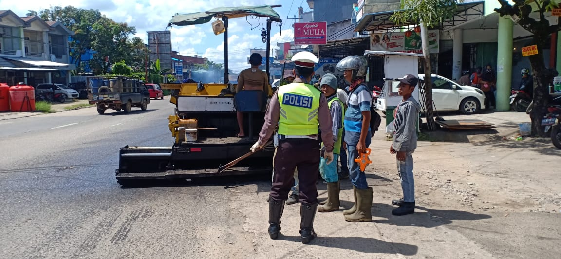 Antisipasi Kemacetan Jalan Yang Sedang Di Aspal, Sat Lantas Polres Ketapang Gatur Lalin
