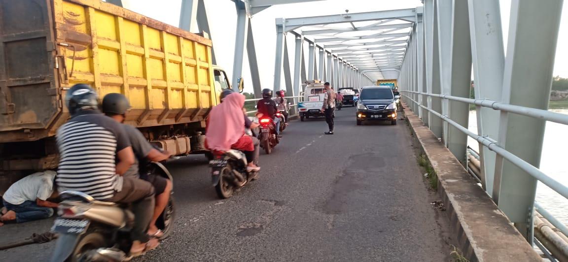 Akibat Truck Mogok, Satlantas Polres Ketapang Atasi kemacetan Jalan