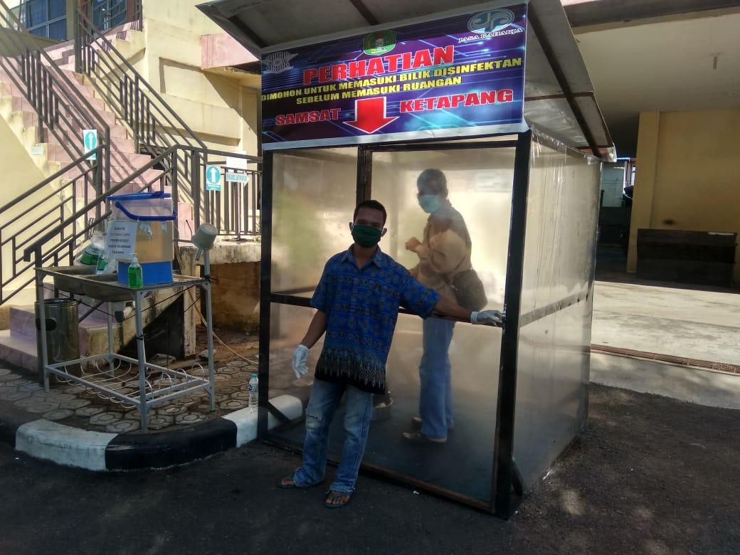 Cegah Corona, Warga Ketapang Mandi Disinfektan Sebelum Masuk Pelayanan Publik