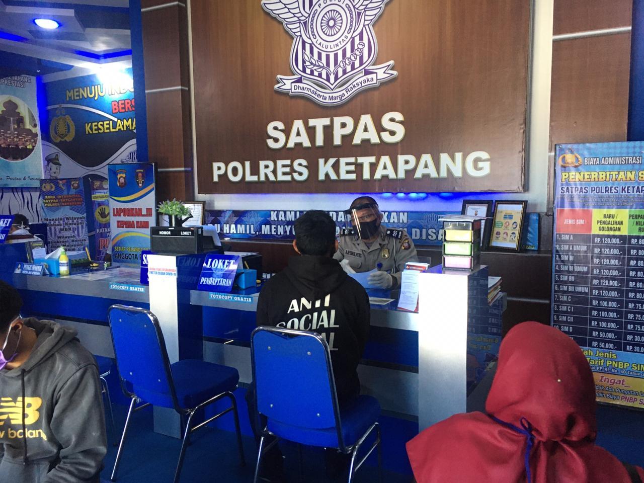 Satlantas Polres Ketapang Lakukan Physical Distancing dalam Pelayanan Penerbitan SIM