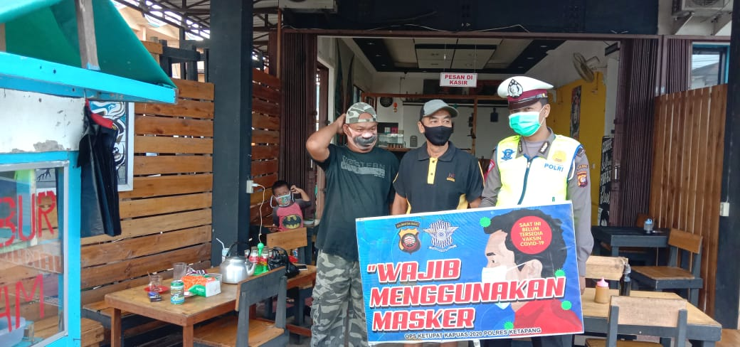 Temui Pengunjung Warkop, Sat Lantas Polres Ketapang Himbau Pakai Masker