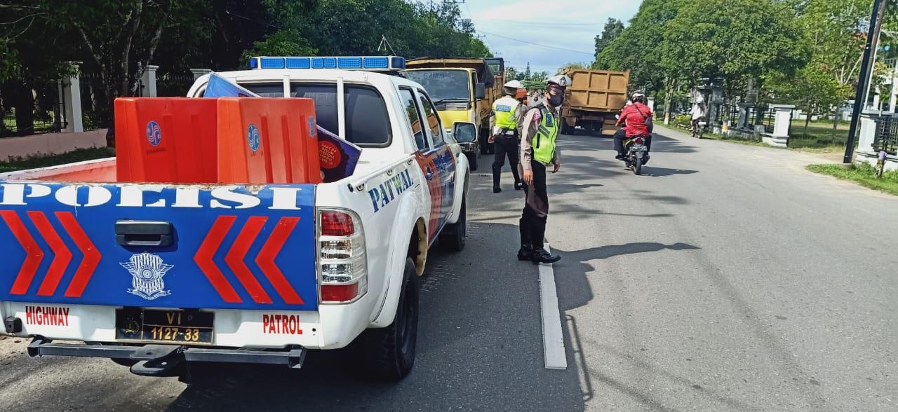 Sat Lantas Polres Ketapang Berikan Pengamanan dan Gatur Lalin Saat Pembongkaran Trotoar