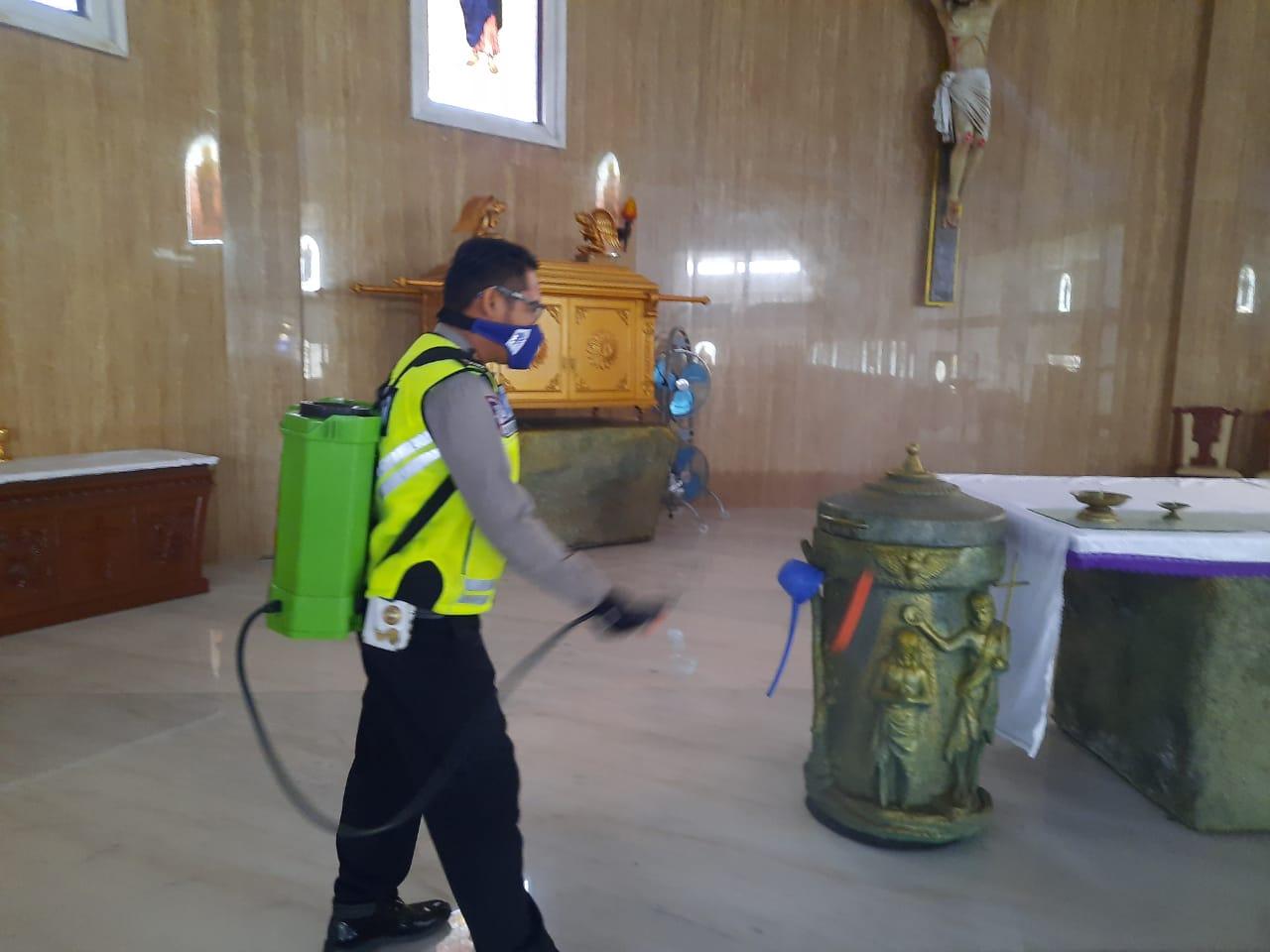 Sat Lantas Ketapang Lakukan Semprot Disinfektan di Fasilitas Umum dan Rumah Ibadah Demi Cegah Virus